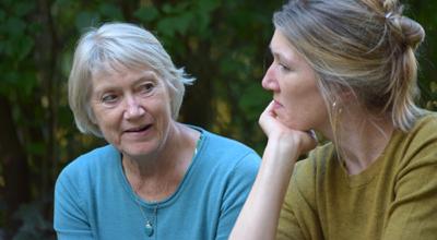 Efter Inez. Lena Ekberg och dottern Karin Ekberg pratar.