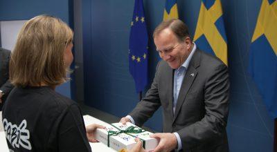 """Statsminister Stefan Löfven tar emot boken """"Det här behöver vi, For a better day"""". Från Tim Bergling Foundation."""